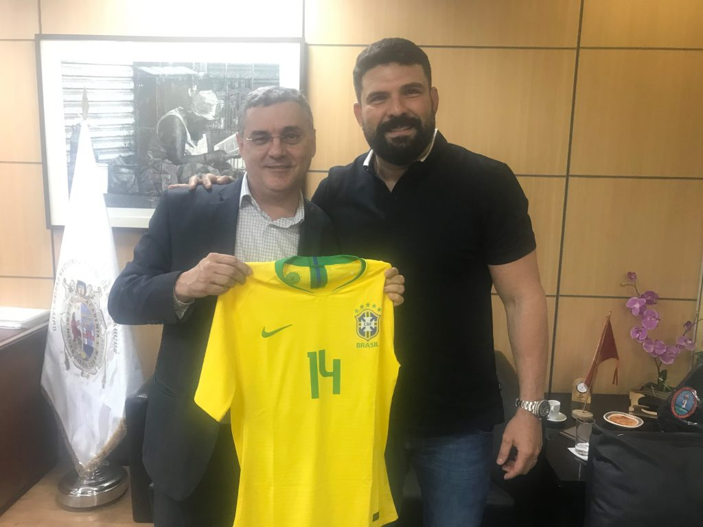 O fisioterapeuta Bruno Mazziotti com o Reitor Prof. Dr. Luiz Henrique